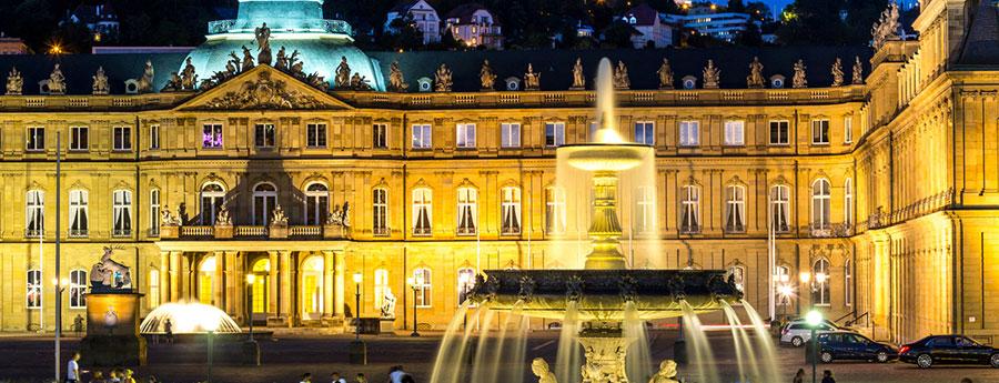 Schlossplatz in Stuttgart mit Brunnen bei Nacht
